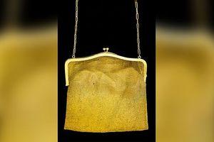 Bất ngờ nhặt được túi xách bằng vàng bị bỏ quên nhiều năm trong nhà kho