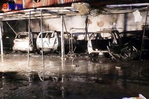 Đà Nẵng: Cháy gara, 4 xe ô tô bị thiêu rụi