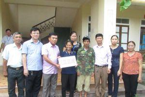 Con Cuông trao tiền hỗ trợ gia đình tự nguyện di dời khỏi vùng sạt lở