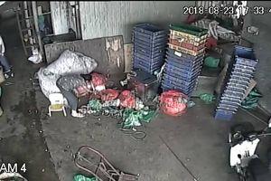 Tố cáo bị bảo kê, tiểu thương chợ Long Biên bị 'khủng bố'
