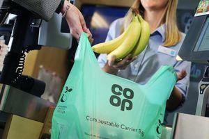 Chuỗi siêu thị lớn của Anh ngừng sử dụng túi nilon