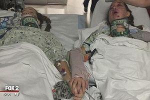 Khoảnh khắc cô bé 12 tuổi nắm tay chị gái bên giường bệnh trước lúc qua đời gây xúc động