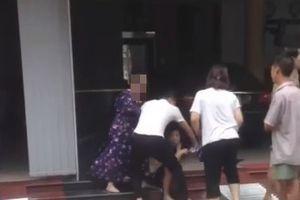 Nam Định: Mẹ chồng phụ con dâu đánh ghen, lấy dép đập tới tấp vào mặt con trai