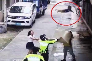 Trung Quốc: Clip cảnh sát hứng em bé rơi xuống từ tầng 2 khiến người xem thót tim