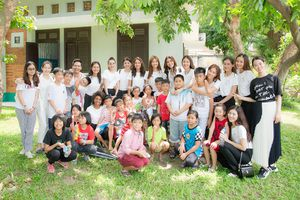 Dàn người đẹp Miss Supranational cùng Minh Tú, Phan Anh thăm Làng trẻ em SOS