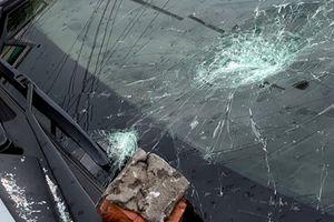 Chồng cũ đập nát kính xe hơi của chồng mới