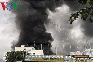 Cháy lớn khói đen hàng chục mét thiêu rụi xưởng sản xuất chổi lau nhà