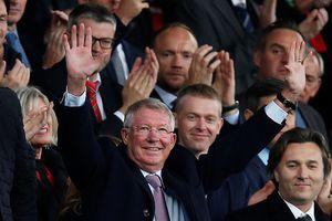 Sir Alex Ferguson đẩy lui bạo bệnh, tràn đầy sinh lực cổ vũ MU trên sân Old Trafford