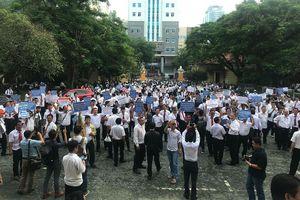 Hàng trăm tài xế taxi kéo tới phiên tòa Vinasun kiện Grab