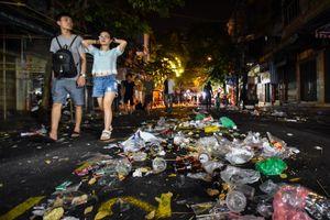 Biển rác sau cuộc vui Trung thu trên đường phố