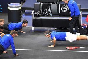 Federer hít đất mừng chiến công ở Laver Cup
