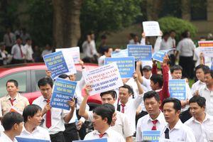 Hàng trăm tài xế đứng chật kín phiên tòa Vinasun kiện Grab