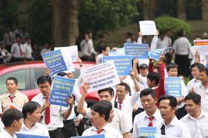 Gần nghìn tài xế đứng chật kín phiên tòa Vinasun kiện Grab