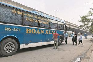 Xe khách Đoàn Xuân vẫn duy trì bến 'cóc' tại đường Nguyễn Xiển