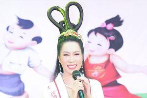 Á hậu Trịnh Kim Chi hóa Hằng Nga trao quà cho trẻ em khó khăn nhân dịp Trung Thu