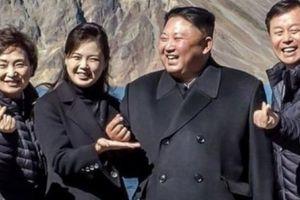 Vì sao Kim Jong-un 'bắn tim' khi chụp ảnh với quan chức HQ?