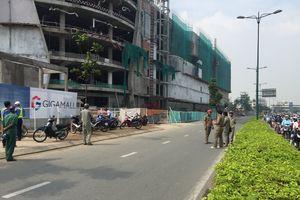 Rơi từ công trình Trung tâm thương mại ở quận Thủ Đức, 3 công nhân bị thương