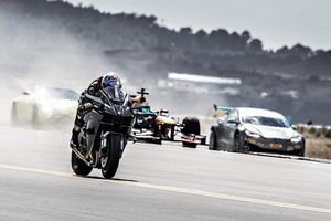 Video xe đua F1 tỉ thí tốc độ với chiến đấu cơ F-16 và siêu môtô nhanh nhất thế giới