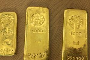 Bất ngờ nhặt được 3 thanh vàng ròng nặng 2,3kg trong tủ bếp cũ