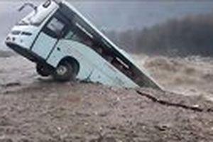 Kinh hãi cảnh xe khách bị cuốn phăng xuống dòng lũ dữ