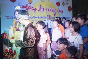 TP. Hồ Chí Minh: Hơn 200 trẻ em nghèo rước đèn Trung thu cùng VN Ngày nay