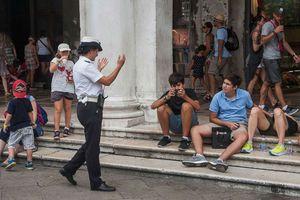 Ngồi ở Venice, có thể bị phạt 13,7 triệu đồng