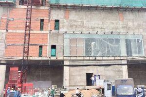 Sập giàn giáo công trình trung tâm thương mại, 3 công nhân bị thương