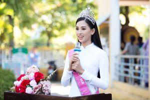 Hoa hậu Trần Tiểu Vy diện áo dài trắng thăm lại trường cũ