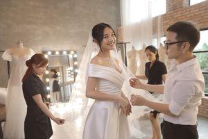 Clip Nhã Phương thử váy cưới trước ngày lên xe hoa