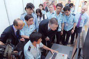 Việt Nam tiếp nhận máy soi hàng hóa 4,6 tỷ đồng