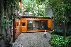Nhà gỗ ngập sắc xanh như cổ tích trên báo Tây