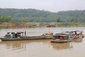 Bắt quả tang tàu hút cát trái phép ở Nam Định