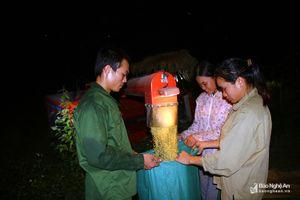 Dân bản vùng cao Nghệ An gặt lúa dưới trăng