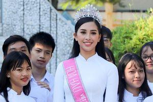 Hoa hậu Trần Tiểu Vy về trường cũ tặng học bổng, dự lễ chào cờ đầu tuần