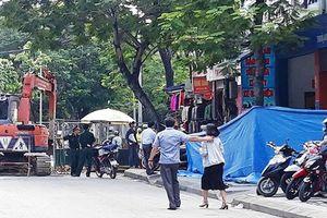 Tuyến phố náo loạn vì lựu đạn nhựa, quân đội cùng cảnh sát phong tỏa