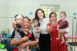 Dàn Hoa hậu, Á hậu vào bệnh viện tổ chức Trung Thu cho trẻ em nghèo