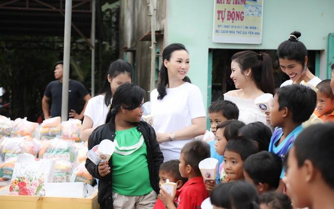 Trang Lạ, Paris Vũ cùng diện áo thun đơn giản đi từ thiện