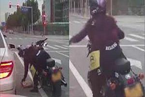Nữ biker nhặt rác, ném trả lại cho người trên ô tô