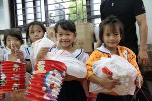 Tình người ấm áp dành cho trẻ em nghèo trong mùa Trung thu