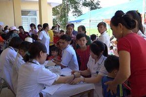 Khám, cấp thuốc miễn phí cho gần 1.000 người dân vùng lũ xã Thành Mỹ (Thạch Thành)