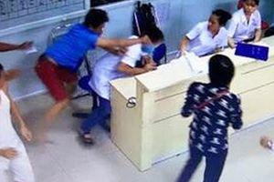 Đánh vỡ đầu nhân viên y tế vì... 'lo' cho mẹ vợ