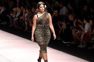 'Siêu mẫu béo' Ashley Graham tự tin làm vedette trên sàn catwalk