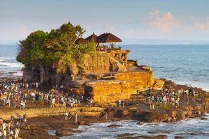 Du khách thiếu tôn trọng khi đến thăm đền thiêng, chính quyền xét lại hoạt động du lịch