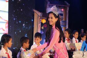 Hoa hậu Trần Tiểu Vy vui Trung thu cùng trẻ em nghèo
