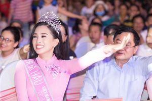 Hoa hậu Tiểu Vy cười hết cỡ khi chơi trò chơi Trung thu