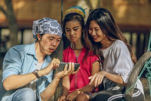 Đi Chiang Mai, nên đến làng cổ dài hay xem thả đèn trời trước?
