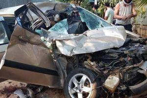 Xe con biến dạng sau khi đâm đuôi xe tải, 4 người thương vong