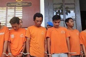 Indonesia: CĐV bị đánh hội đồng đến chết bên ngoài SVĐ