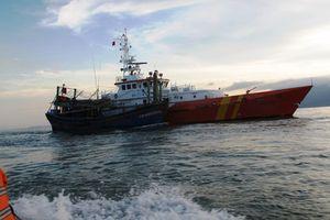 6 thuyền viên cùng tàu cá mất liên lạc nhiều ngày trên biển