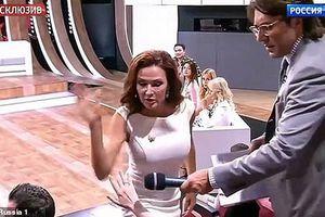 Nữ diễn viên tát khán giả trên truyền hình vì chỉ trích con mình